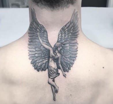 tatuaje en la nuca prolongado de un angel
