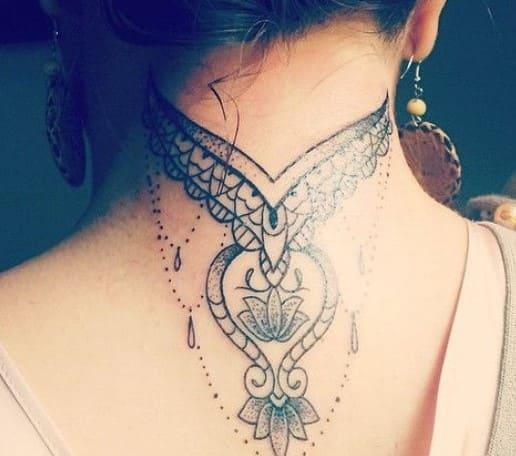 tatuaje en la nuca mujer de mándala
