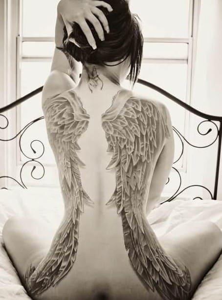 tatuaje en espalda de mujer alas de ángel