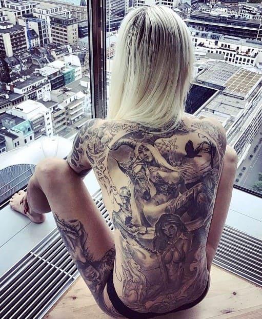 tatuaje en espalda completa de mujer
