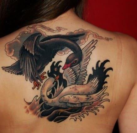 tatuaje de cisne en espalda de mujer