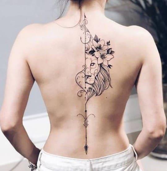 tatuaje en la espalda de mujer columna