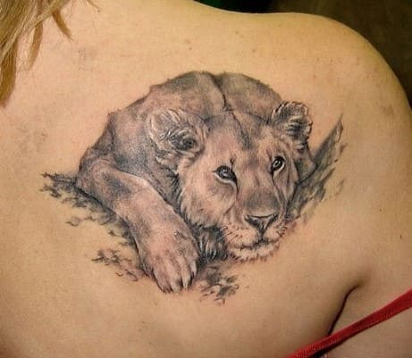 tatuaje para mujer en la espalda de leona