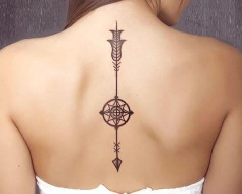 tatuaje para mujer en la espalda de flecha