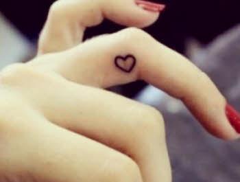 tatuaje en los dedos de mujer