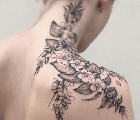 tatuajes para mujer en la nuca flor