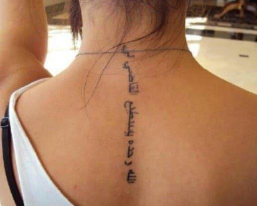 tatuajes para mujer en la nuca letras árabes