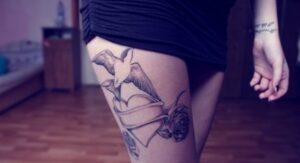 tatuaje pájaro corazón en mulo para mujer