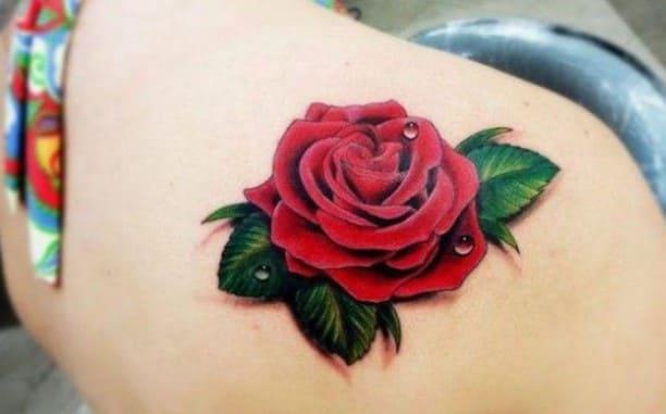 tatuaje de rosa en la espalda