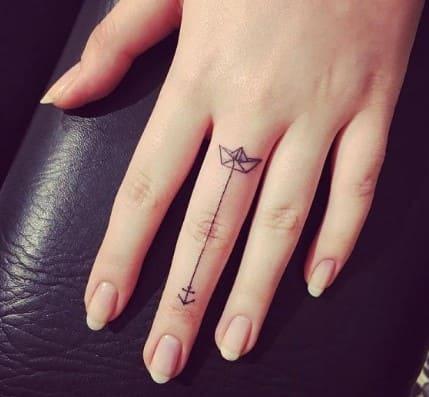 tatuajes pequeños para mujer elegantes en el dedo