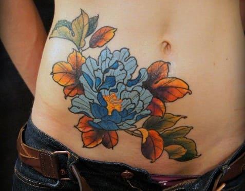 tatuajes-en-el-abdomen-mujer-flores